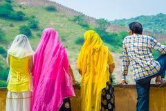Amer, Индия - 19-ое сентября 2017: Неопознанные люди представляя в облицеванной стене и наслаждаясь взглядом озера Maota внутри Стоковое фото RF