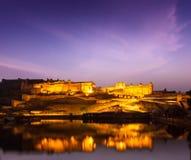 Amer Fort (Amber Fort) en la noche en crepúsculo.  Jaipur, Rajastan, Imagen de archivo