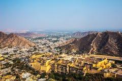 Amer Fort Dans la banlieue du nord de Jaipur, sur la crête d'une colline rocheuse derrière le lac Maota Images stock