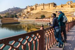Amer Fort Touristes par le lac Maota Photo libre de droits