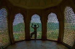 Amer, Inde - 19 septembre 2017 : Femme non identifiée posant dans un hall à l'intérieur de l'écran de marbre complexe en Amber Fo Photo libre de droits