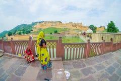 Amer, Inde - 19 septembre 2017 : Femmes non identifiées marchant et appréciant la vue du lac Maota en Amber Fort à Jaipur Image libre de droits