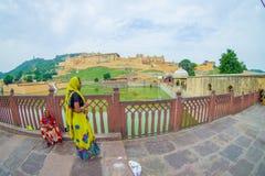 Amer, Inde - 19 septembre 2017 : Femmes non identifiées marchant et appréciant la vue du lac Maota en Amber Fort à Jaipur Photos libres de droits
