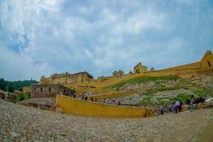 Amer, Inde - 19 septembre 2017 : Personnes non identifiées marchant en haut et dowstairs dans belle Amber Fort près de Jaipur Image stock