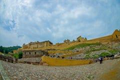 Amer, Inde - 19 septembre 2017 : Personnes non identifiées marchant en haut et dowstairs dans belle Amber Fort près de Jaipur Image libre de droits