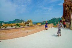 Amer, Inde - 19 septembre 2017 : Personnes non identifiées prenant des photos du beau vieux palais, en Amber Fort Images stock