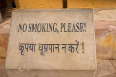 Amer India, Wrzesień, - 19, 2017: Pouczający znak no dymić w drylującej strukturze w Złocistym fortu pałac, lokalizować wewnątrz Fotografia Royalty Free