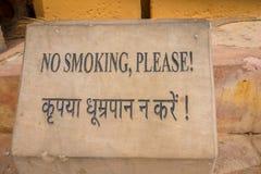 Amer Indien - September 19, 2017: Informativt tecken av att inte röka i en asfull struktur i den Amber Fort slotten som in lokali Royaltyfri Fotografi
