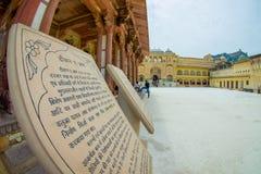Amer Indien - September 19, 2017: Informativt tecken som är skriftligt i indiskt och engelskt språk över en asfull struktur i Royaltyfria Bilder