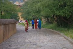 Amer Indien - September 19, 2017: Oidentifierat folk som går i en asfull bana i staden i Amber Fort i Jaipur Royaltyfria Bilder