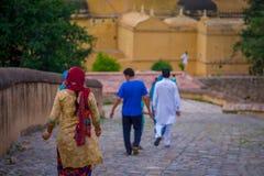 Amer Indien - September 19, 2017: Oidentifierat folk som går i en asfull bana i staden i Amber Fort i Jaipur Royaltyfri Bild