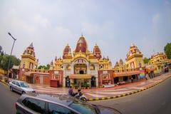 Amer, la India - 26 de septiembre de 2017: Hermosa vista del templo de Laxminarayan, con algunas motocicletas y coches moviéndose Foto de archivo