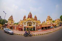 Amer, la India - 26 de septiembre de 2017: Hermosa vista del templo de Laxminarayan, con algunas motocicletas y coches moviéndose Fotos de archivo libres de regalías