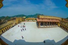 Amer, la India - 19 de septiembre de 2017: Opinión aérea el turista que visita y que toma las imágenes del patio del hermoso Foto de archivo libre de regalías