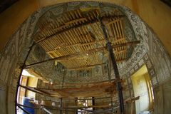 Amer, la India - 19 de septiembre de 2017: Vista interior del palacio en Amer, con algunas herramientas en vías de un remodelado  Fotos de archivo libres de regalías