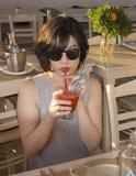 Amerasian предназначенное для подростков sipping дайкири клубники Стоковые Фотографии RF