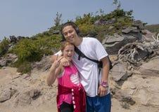 Amerasian jonge mens en zijn neef op een stijging in Onderstel Rainier National Park, Washington stock foto's