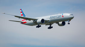 American Airlines étant 777-300 avions Images stock