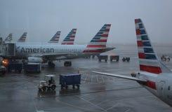 American Airlines acepilla en el aeropuerto de las liebres del ` de O en Chicago en tiempo lluvioso Imagenes de archivo