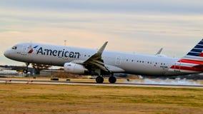 American Airlines Aerobus A321 przybycie wewnątrz dla lądowania obrazy stock