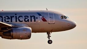 American Airlines Airbus A319 que entra para uma aterrissagem imagens de stock royalty free