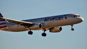 American Airlines Airbus A320 que entra para uma aterrissagem fotografia de stock royalty free