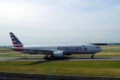 American Airlines aplana o título à pista de decolagem para começar a viagem fotografia de stock
