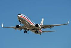 American Airlines Boeing 737 dans de rétros couleurs enlevant la piste active Image stock