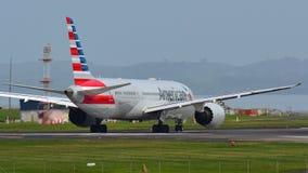 American Airlines Boeing 787-8 Dreamliner, das für Abfahrt an internationalem Flughafen Aucklands mit einem Taxi fährt Lizenzfreies Stockfoto