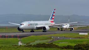 American Airlines Boeing 787-8 Dreamliner, das für Abfahrt an internationalem Flughafen Aucklands mit einem Taxi fährt Stockfotos