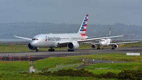 American Airlines Boeing 787-8 Dreamliner roulant au sol pour le départ à l'aéroport international d'Auckland Photos stock