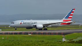 American Airlines Boeing 787-8 Dreamliner roulant au sol pour le départ à l'aéroport international d'Auckland Photos stock