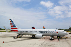 American Airlines Boeing 737 en Owen Roberts International Airport en Gran Caimán Imagen de archivo libre de regalías