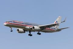 American Airlines Boeing 757 flygplan på inställningen som ska landas på Los Angeles den internationella flygplatsen Royaltyfria Foton