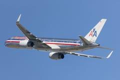 American Airlines Boeing 757 flygplan som tar av från Los Angeles den internationella flygplatsen Royaltyfri Fotografi