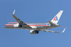 American Airlines Boeing 757 flygplan som tar av från Los Angeles den internationella flygplatsen Royaltyfria Foton