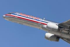 American Airlines Boeing 757 flygplan som tar av från Los Angeles den internationella flygplatsen Royaltyfri Bild