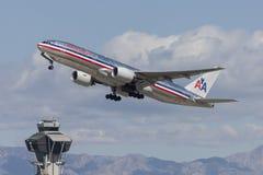 American Airlines Boeing 777 flygplan som tar av från Los Angeles den internationella flygplatsen Fotografering för Bildbyråer