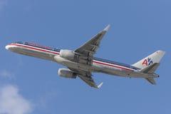 American Airlines Boeing 757 flygplan som tar av från Los Angeles den internationella flygplatsen Arkivbild