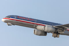 American Airlines Boeing 757 flygplan som tar av från Los Angeles den internationella flygplatsen Royaltyfri Foto