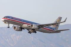 American Airlines Boeing 757 flygplan som tar av från Los Angeles den internationella flygplatsen Arkivfoton
