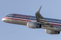 American Airlines Boeing 757 flygplan som tar av från Los Angeles den internationella flygplatsen Arkivfoto