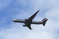 American Airlines Boeing 767 i New York himmel, innan att landa på JFK-flygplatsen Arkivfoton