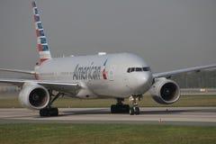 American Airlines Boeing 777-200, N765AN i den Frankfurt flygplatsen FRA Royaltyfria Foton