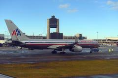 American Airlines Boeing 757 på den Boston flygplatsen Arkivbild