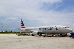 American Airlines Boeing 737 på Owen Roberts International Airport på den storslagna kajmannen Arkivfoto