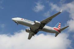 American Airlines Boeing 737 pochodzi dla lądować przy JFK lotniskiem międzynarodowym w Nowy Jork Zdjęcie Stock