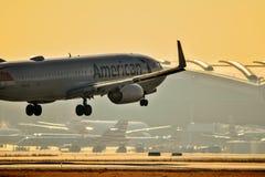 American Airlines Boeing 737 que entra para uma aterrissagem fotografia de stock
