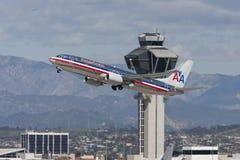 American Airlines Boeing 737 som tar av in från av kontrolltornet på Los Angeles den internationella flygplatsen Arkivbild