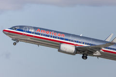 American Airlines Boeing 737-800 som tar av från Los Angeles den internationella flygplatsen Royaltyfri Bild